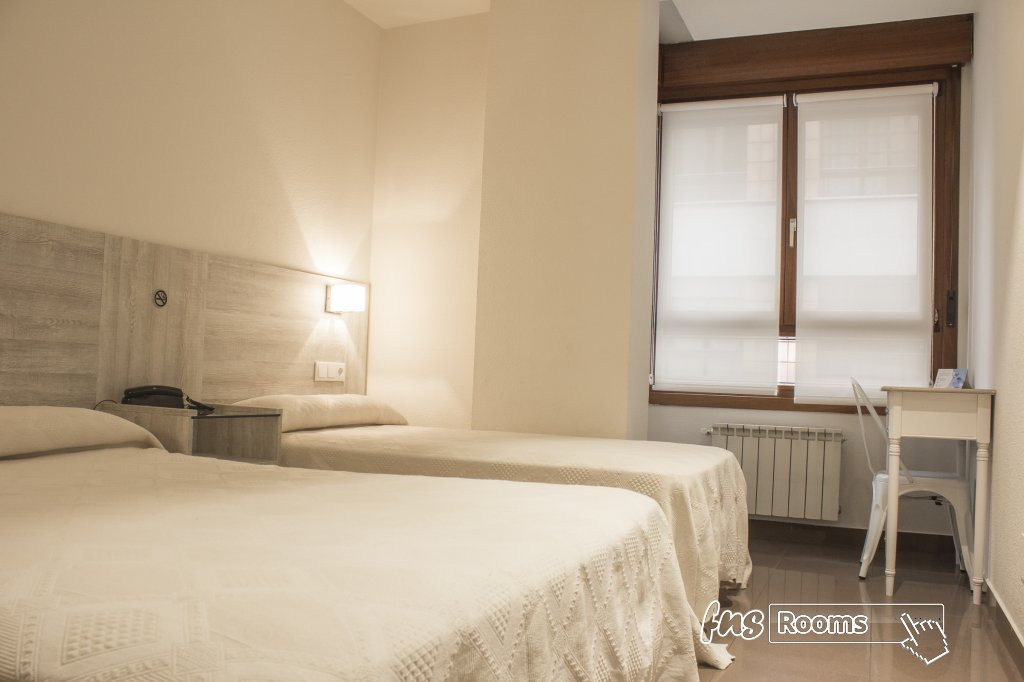 3702-1480751528_hotel-playa-poniente-gijon-habitacino-para-tres-presonas-con-cama-matrimonial-y-cama-de-noventa.jpg