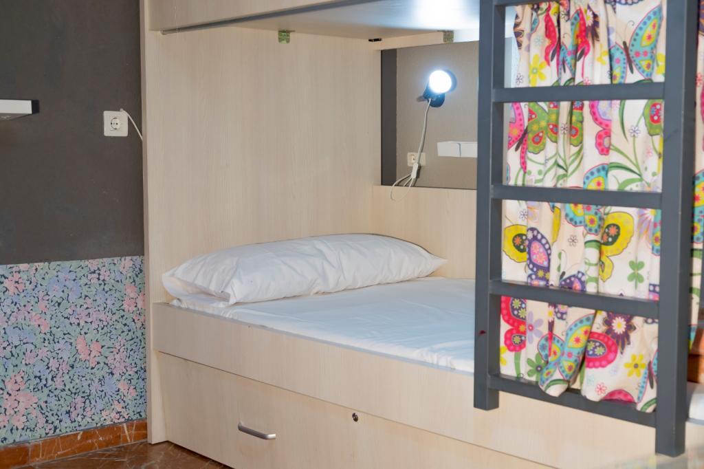 4461-1555333227_alhambra-zoom-detalle-cama-de-una-habitacion-doble-familiar-hasta-3-personas.jpg.jpg