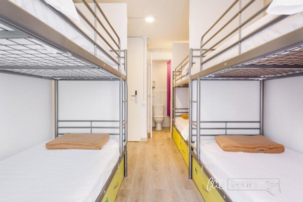 Cama en dormitorio mixto (6 camas) con Baño Privado y Balcón Privado