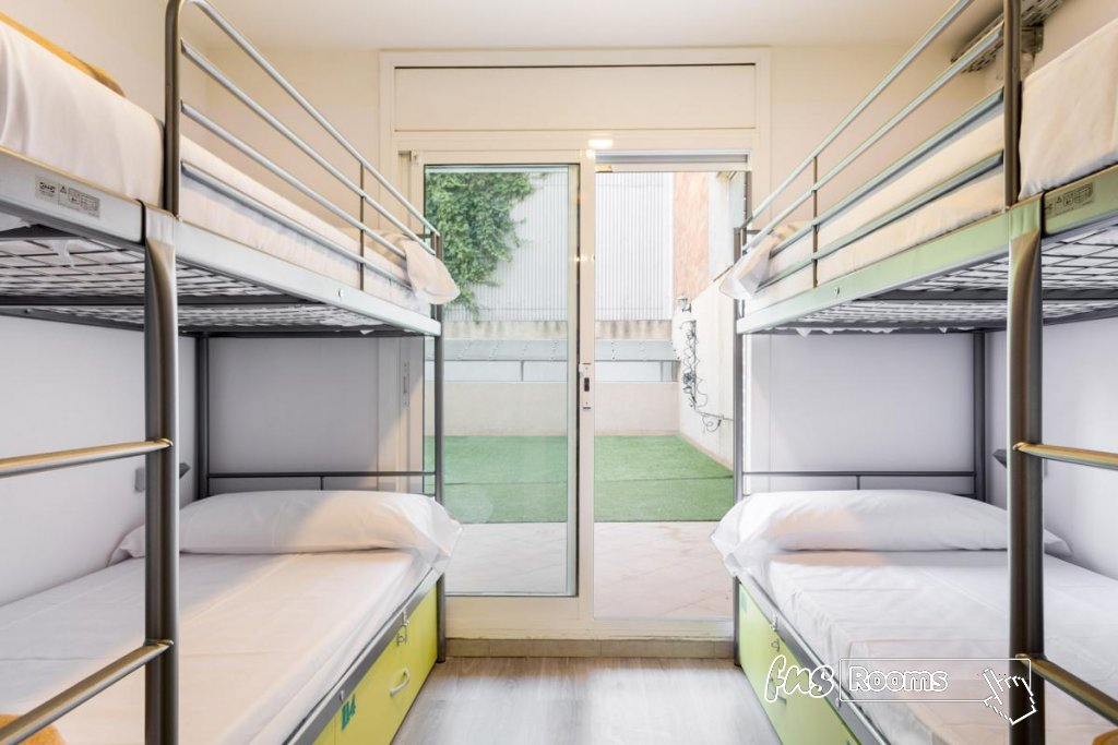 Cama en dormitorio mixto (16 camas) con patio privado