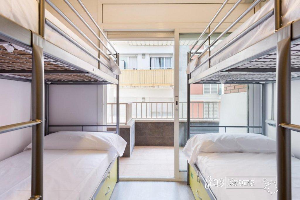 Cama en dormitorio mixto (4 camas). Baño privado