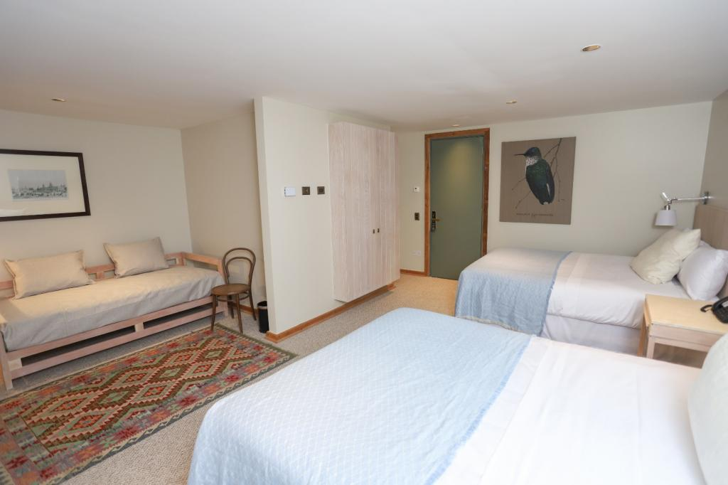 7363-1568818652_junior-suite-dos-camas-matrimoniales-mas-un-sofa-cama.jpg.jpg